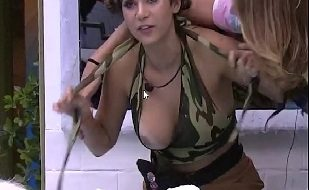 BBB 2020 Gizelly Bicalho Pagando Peitinho